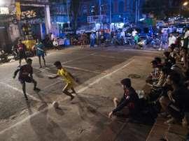 Une partie de football à Rangoun, le 9 février 2017. AFP