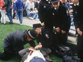 Le service médical et un blessé sur la pelouse du stade de Hillsborough, le 15 avril 1989. AFP