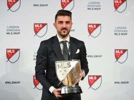 David Villa pose avec son trophée de meilleur joueur de la MLS 2016 à New York, le 6 décembre