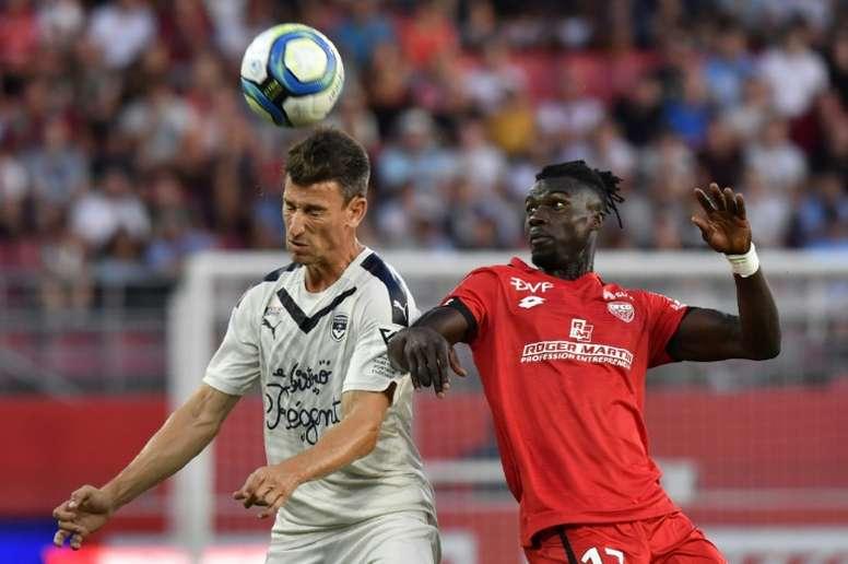 Laurent Koscielny fez uma análise crítica sobre os negócios no mundo do futebol. AFP