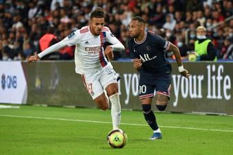 Neymar lamentó que los colegiados amonesten a los que regatean al rival. AFP