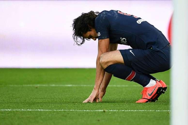 Edinson Cavani blessé après avoir transformé un penalty. AFP