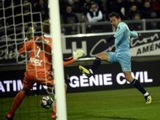 Le milieu de Marseille, Florian Thauvin (d), lors d'un match de Ligue 1 à Amiens. AFP