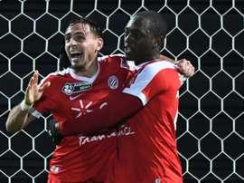 Le défenseur de Montpellier Ruben Aguilar, félicité par Jerôme Roussillon. AFP