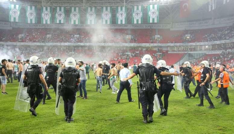 Des policiers interviennent lors de la Supercoupe de Turquie. AFP