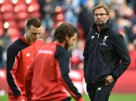 L'entraîneur de Liverpool, l'Allemand Jürgen Klopp (d), à 'léchauffement avant le match. AFP