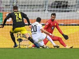 Augsbourg crée l'exploit contre Dortmund et prend seul la tête. AFP