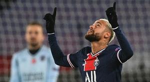 Neymar fez golaço com 'caneta' e bola no ângulo. AFP