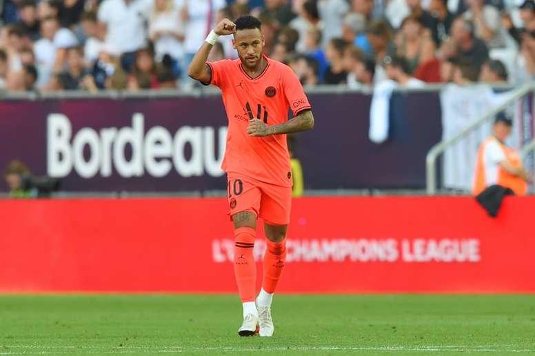 Blessé, Neymar pourrait voyager au Portugal pour suivre le Mondial de surf. AFP