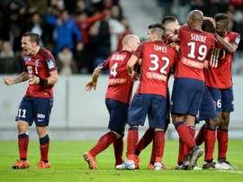 Les Lillois euphoriques après le but dAdama Soumaoro contre Bordeaux en demi-finale de la Coupe de la Ligue, le 26 janvier 2016 à Lille