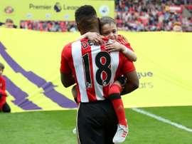 Defoe no olvida al pequeño Bradley. AFP
