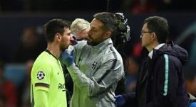 Lionel Messi se fait soigner lors du match contre Manchester United en quarts aller de C1. AFP