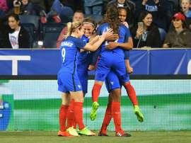 Le Sommer et ses coéquipières félicitent Wendie Renard pour son but face à lAngleterre. AFP
