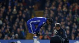 Ryan Mason pris en charge par les soigneurs de son club Hull City sur la pelouse de Chelsea. AFP