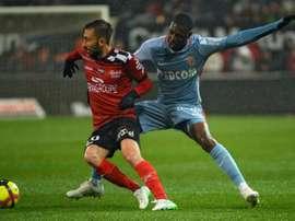 Nicolas Benezet (g) devant le défenseur de Monaco Fodé Ballo-Touré. AFP