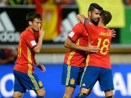 Lattaquant espagnol Diego Costa (c) est félicité par Jordi Alba, après un de ses deux buts face au Liechtenstein en qualifications pour le Mondial-2018 à León, le 5 septembre 2016