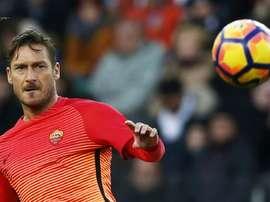 Lattaquant de lAS Roma Francesco Totti suit du regard le ballon face à Udinese, le 15 janvier 2017 à