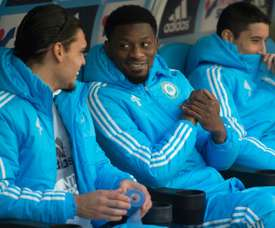 Abou Diaby (c) is ready to come off the bench. BeSoccer