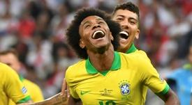 Willian se hartó de las críticas de Messi. AFP
