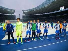 Les joueurs du Hertha Berlin remercient leurs supporters après leur succès contre Cologne, le 22 octobre 2016 à Berlin