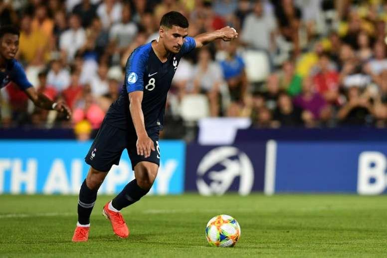 Houssem Aouar tire (et manque) un penalty contre lAngleterre lors de l'Euro Espoirs. AFP