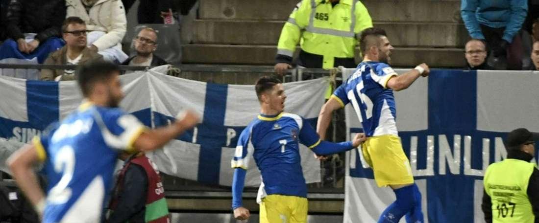 Lattaquant du Kosovo Valon Berisha (N.15) exulte après avoir inscrit un but face à la Finlande, le 5 septembre 2016 à Turku