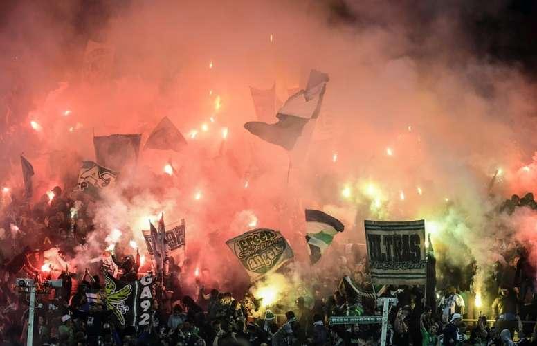 Fumigènes allumés par les supporters de Saint-Etienne. AFP