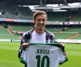L'attaquant du Werder Brême Max Kruse pose avec son nouveau maillot au stade Weser. AFP