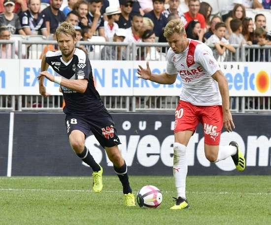 Jaroslav Plasil alcanzó los 400 partidos en Ligue 1. AFP