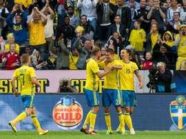 Zlatan Ibrahimovic et les Suédois fêtent le but de Mikael Lustig (N.2) contre le pays de Galles à la Friends Arena de Solna, le 5 juin 2016