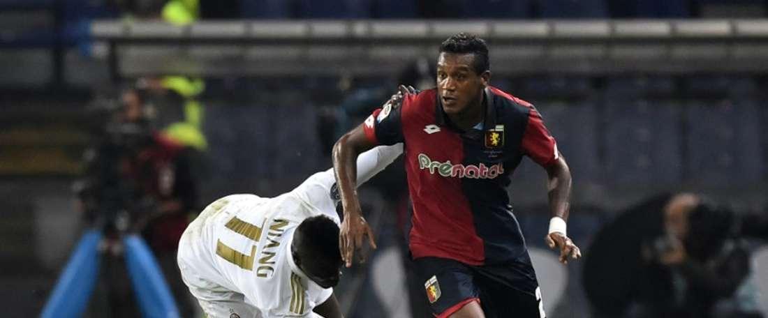 Lattaquant français de lAC Milan MBaye Niang face au milieu brésilien de Genoa Andrade Edenilson, le 25 octobre 2016 à Gênes