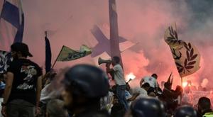 Les fumigènes avaient gêné la rencontre. AFP