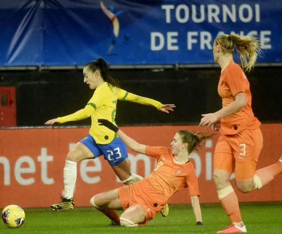 Les Néerlandaises accrochées par les Brésiliennes lors du Tournoi de France. AFP