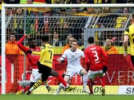 Sancho resolve e Dortmund dorme na liderança da Bundesliga. AFP