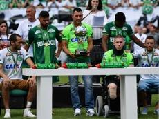 Les joueurs survivants de Chapecoense Alan Ruschel (g), Helio Neto (d) et Jackson Follmann. AFP