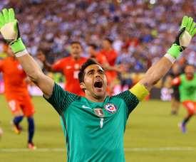 Claudio Bravo retrouvera le Chili. AFP
