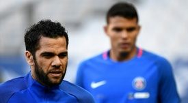 Alves cree que el PSG ganará a pesar de las bajas de Neymar y Cavani. AFP