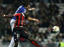 Le défenseur de Nice Malang Sarr à la lutte avec l'attaquant de Bastia Enzo Crivelli. AFP