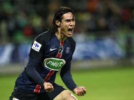 Cavani abrió el marcador esta noche al anotar el primero del PSG al St. Etienne. AFP