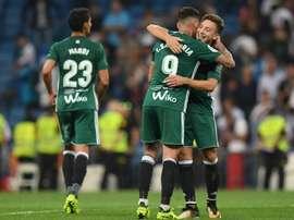 L'attaquant du Betis Antonio Sanabria félicité par un coéquipier. AFP