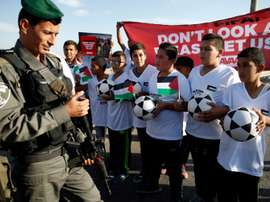 De jeunes palestiniens bloqués par les forces de lordre à lentrée de la colonie israélienne de Maale Adumim, le 11 octobre 2016