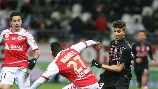 Le milieu Zinédine Machach (d) à la lutte avec le défenseur de Reims Hamari Traoré. AFP