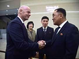 Gianni Infantino serre la main du Secrétaire général de la fédé nord-coréenne de Kim Jang San. A