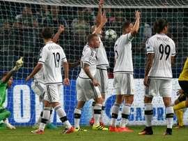 Les joueurs du Legia Varsovie réagissent après le but du défenseur de Dortmund Marc Bartra (d) en Ligue des champions, le 14 septembre 2016 à Varsovie