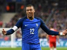 Mbappé poderia ser treinado por José Mourinho. AFP