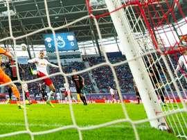 Poulsen hizo dos de los tres goles del Leipzig al Bayer. AFP