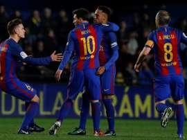 Messi félicité par ses coéquipiers du FC Barcelone après son égalisation face à Villarreal. AFP
