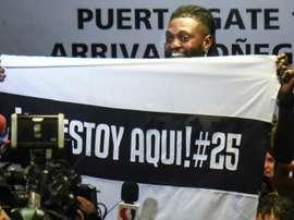 Les fans paraguayens accueillent chaleureusement Adebayor. AFP