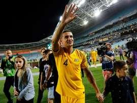 Tim Cahill salue le public pour ses adieux. Goal
