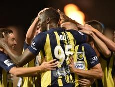 Usain Bolt félicité par ses coéquipiers. AFP